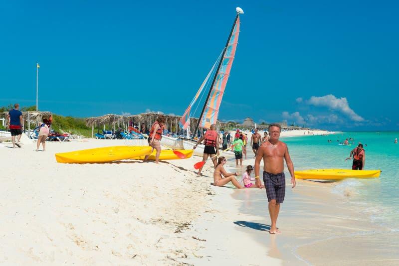 Touristen am Strand in Cayo Santa Maria, Kuba stockbilder