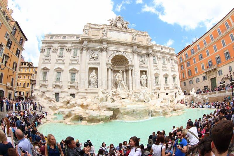 Touristen an Trevi-Brunnen, Rom, Italien lizenzfreie stockfotos