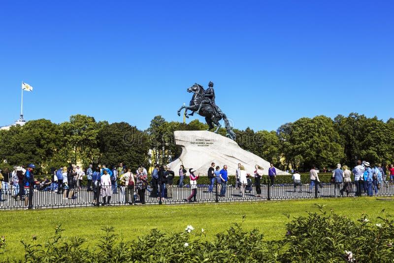 Touristen um Skulptur des Kaisers Peter der Große 'Bronzereiter ' Senatsquadrat, St Petersburg lizenzfreie stockfotos