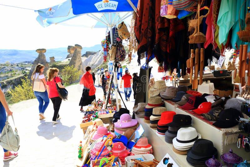 Touristen und Andenken an den feenhaften Kaminen Cappadocia die Türkei lizenzfreie stockfotografie