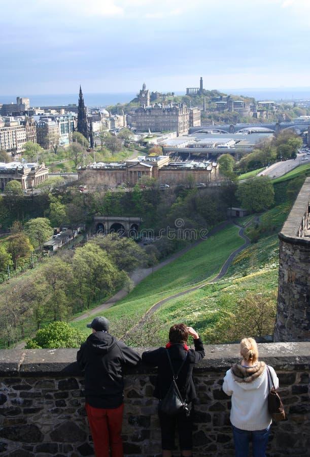 Touristen und Edinburgh lizenzfreies stockbild