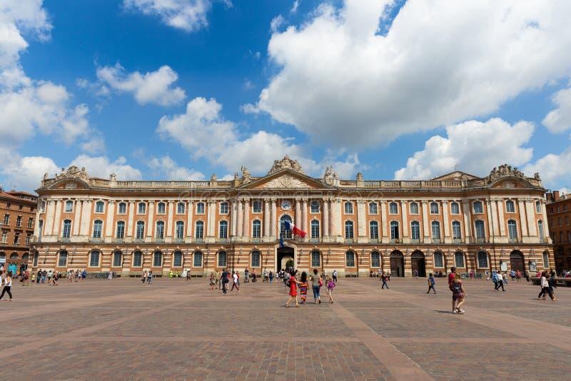 Touristen und Einheimische zahlen einen Besuch zu Capitole de Toulouse lizenzfreie stockfotos