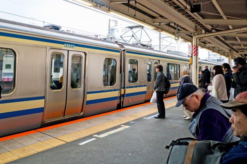 Touristen und japanisches Volk wartet auf Yokosuka-Linie Zug nach Tokyo lizenzfreies stockbild
