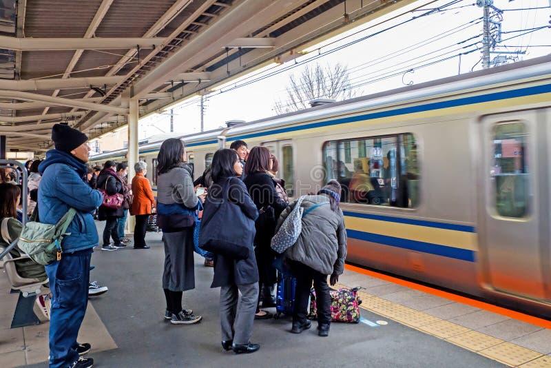 Touristen und japanisches Volk wartet auf Yokosuka-Linie Zug nach Tokyo lizenzfreie stockfotografie