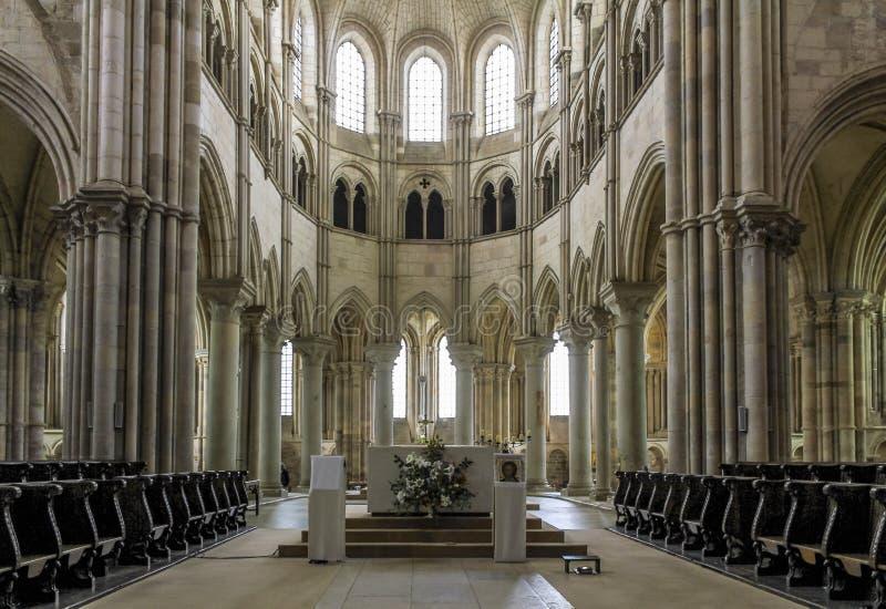 Touristen und Pilger besichtigen die Benediktinerabteikirche von Vezelay stockfotografie