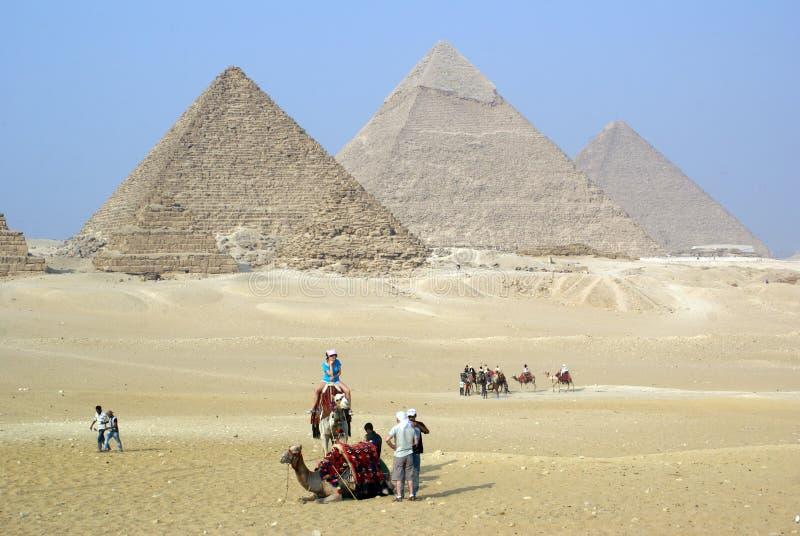 Touristen und piramids lizenzfreie stockfotografie