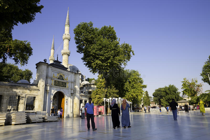 Touristen und türkische Leute, die nahe dem Eyup Sultan Mosque, Quadrat an einem hellen Tag gehen lizenzfreie stockfotos