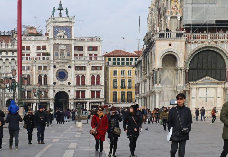 Touristen von verschiedenen Nationalitäten gehend um St Mark Quadrat in Venedig stockbilder