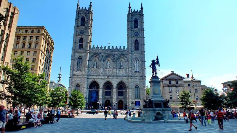 Touristen vor der Notre-Dame-Basilika in altem Montreal stockbilder