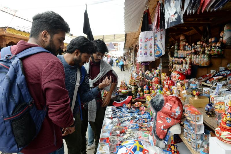 Touristen wählen Andenken auf dem Markt in Izmailovo der Kreml stockfotografie