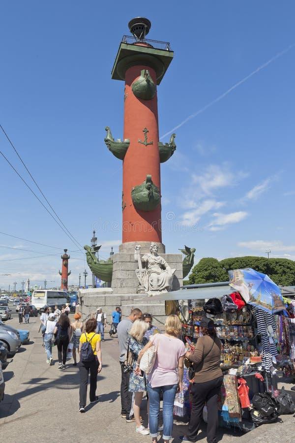 Touristen wählen Andenken von der Rostral Spalte in St Petersburg lizenzfreie stockfotografie