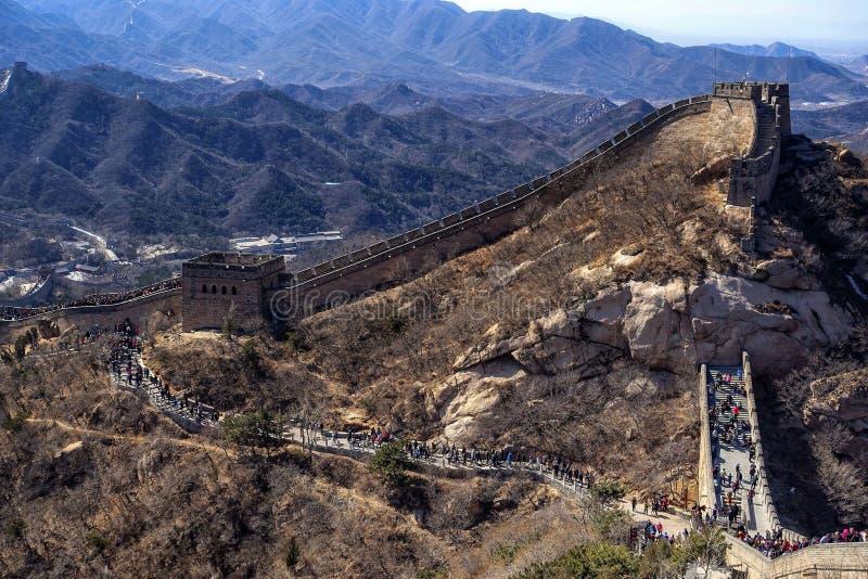 Touristen, welche die Chinesische Mauer nahe Peking besuchen lizenzfreie stockfotografie
