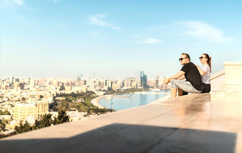 Touristen, welche die Stadt von Baku betrachten Historische alte Stadt und Boulevardpark im Hintergrund Erforschen Sie und besich stockfotografie