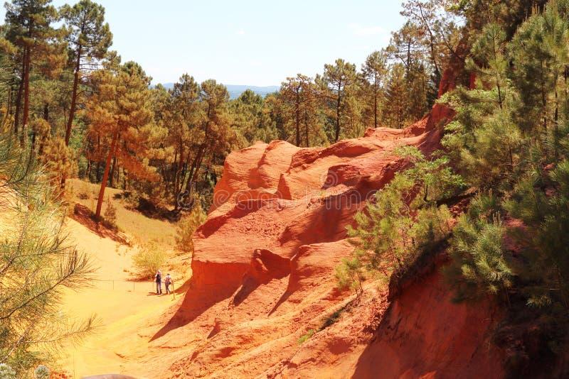 Touristen zwischen bunten ockerhaltigen Felsen, Roussillon, Frankreich lizenzfreie stockfotos