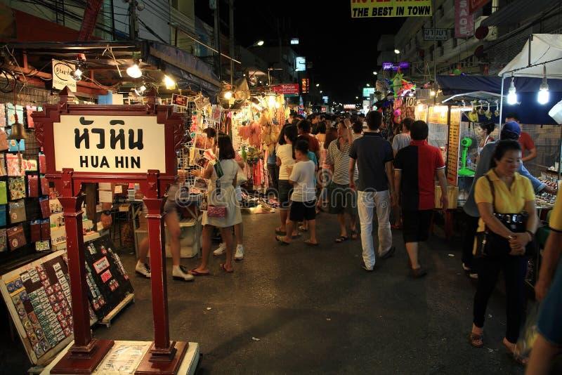 Touristenbesuch Hua Hin-Nachtmarkt lizenzfreies stockbild