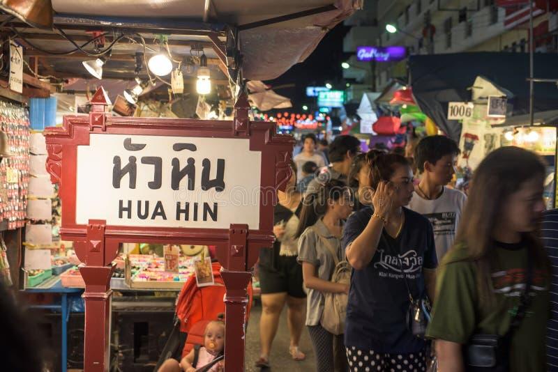 Touristenbesuch Hua Hin-Nachtmarkt stockfoto