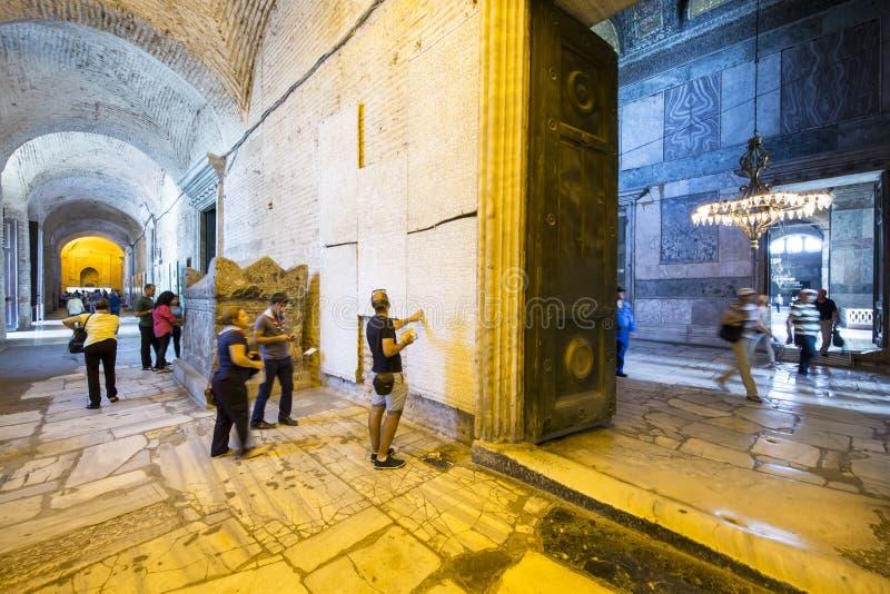 Touristenbesuch Synode-Entscheidungen in Haghia Sophia Museum, Istanbu lizenzfreie stockfotografie