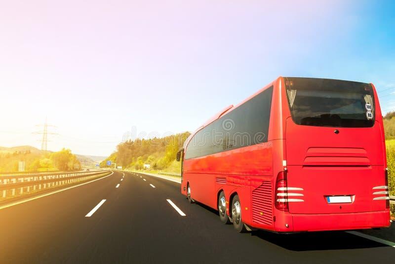 Touristenbus auf Asphaltautobahnstraße am schönen Frühlingstag an c lizenzfreie stockfotografie