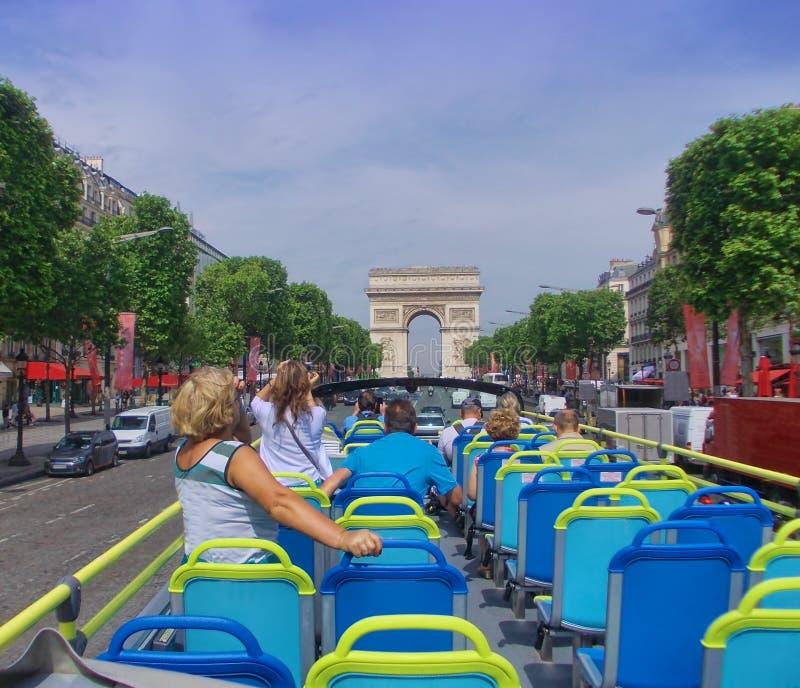 Touristenbus in Paris Frankreich lizenzfreie stockbilder
