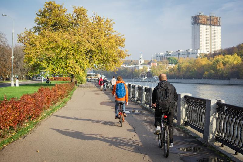 Touristenfahrfahrräder entlang dem Herbstdamm stockfotos
