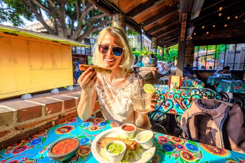 Touristenfrau in El Pueblo stockfotos