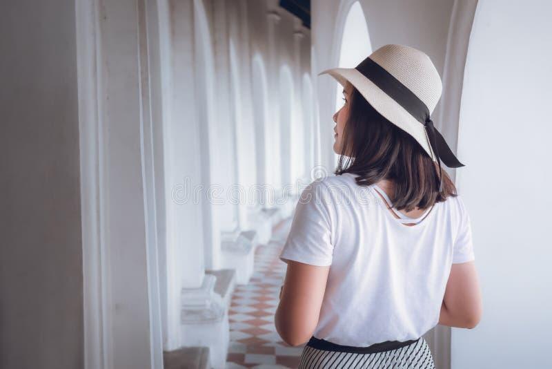 Touristenfrauen, die sich während der Besichtigung der Kunstarchitektur im Tempel erfreuen, Portrait der Traveller asiatischen Fr lizenzfreies stockfoto