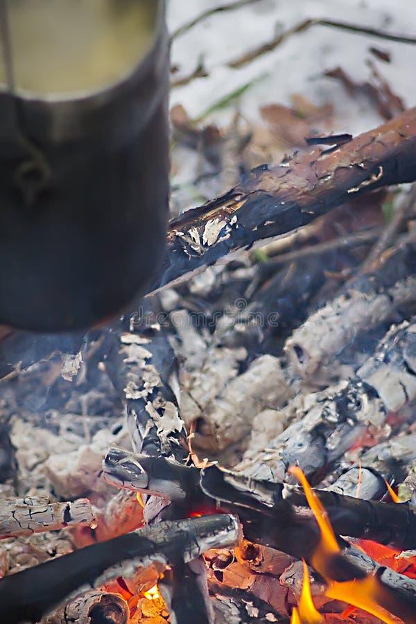 Touristenkessel auf heißem Lagerfeuer Kochen im wilden lizenzfreies stockbild