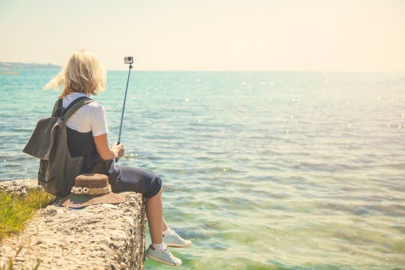 Touristennehmen selfie Porträt der recht jungen Frau an der Küste auf einem sonniger Tagmädchen macht Foto für Reiseblog Ansicht  stockbilder
