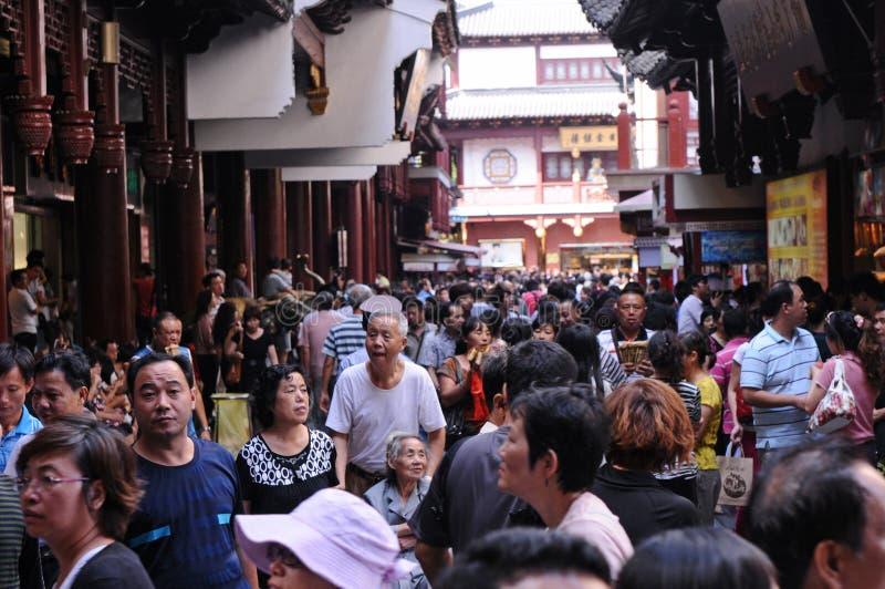 Touristenorte ziehen sehr große Massen der Leute an stockbild