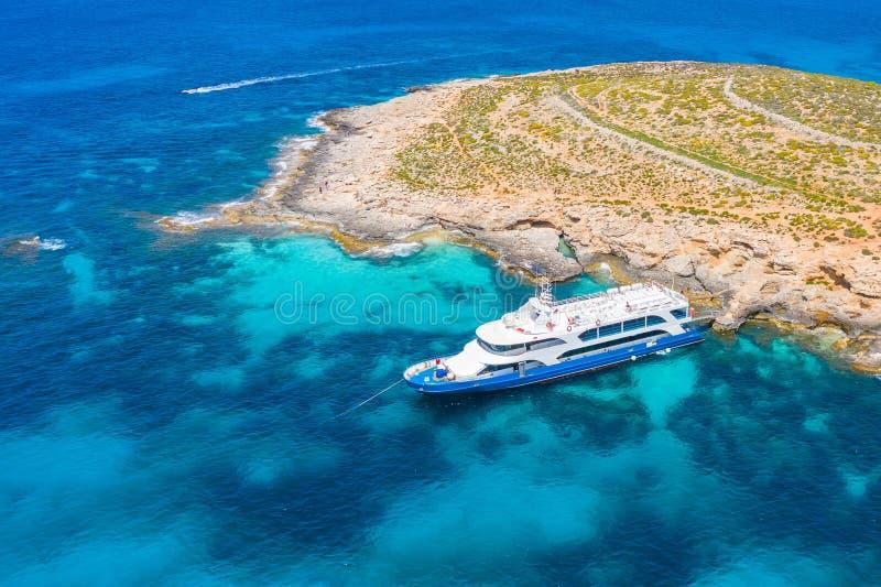Touristenschiff auf einer Insel in der blauen Lagune, zwischen Azurblau Wasser, Luftsicht lizenzfreie stockfotos