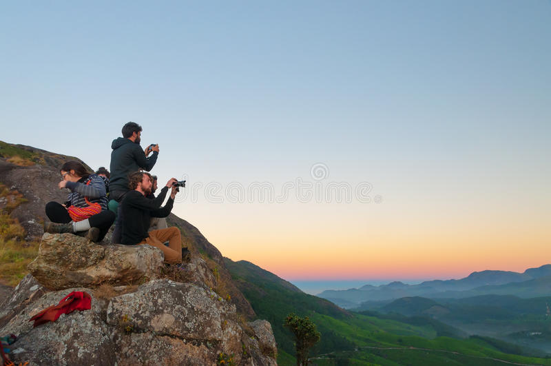 Touristenwartung Sonnenaufgang auf Devikulam-Hügel Munnar lizenzfreies stockfoto