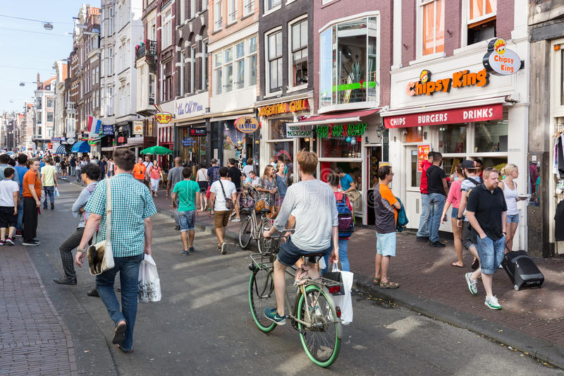 Touristes à Amsterdam faisant des emplettes et recherchant un restaurant photos stock