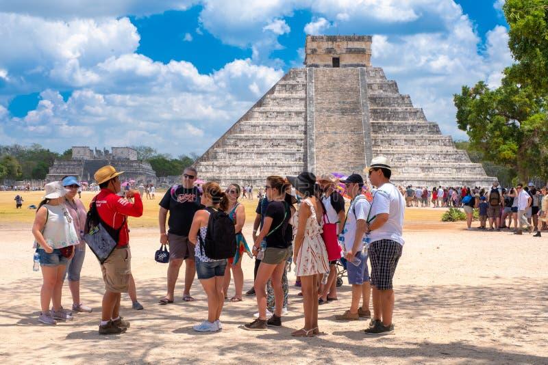 Touristes à côté de la pyramide de Kukulkan chez Chichen Itza au Mexique photos stock
