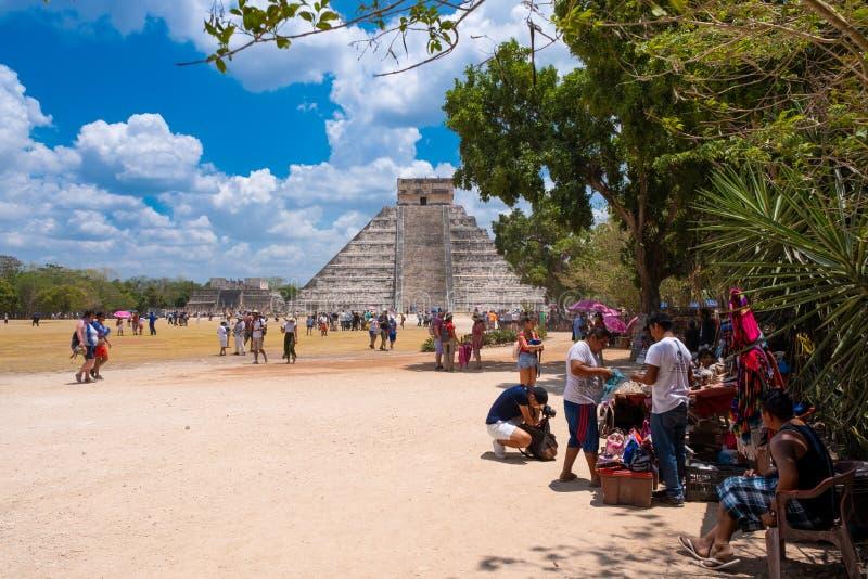 Touristes à côté de la pyramide de Kukulkan chez Chichen Itza au Mexique images libres de droits