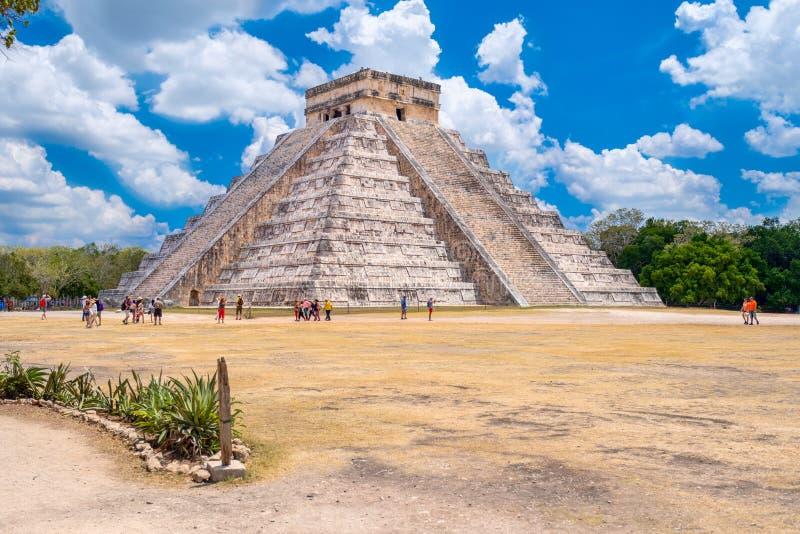Touristes à côté de la pyramide de Kukulkan chez Chichen Itza au Mexique image stock