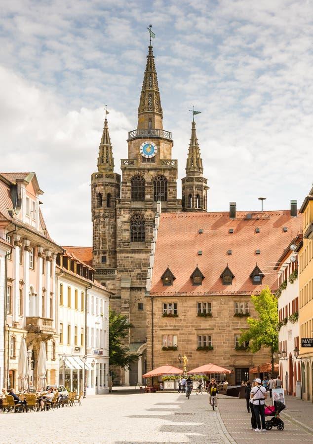 Touristes à l'église de St Gumbertus à Ansbach images libres de droits