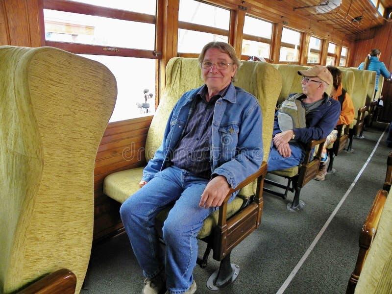 Touristes à l'intérieur du train touristique allant au nez du diable, Equateur images stock