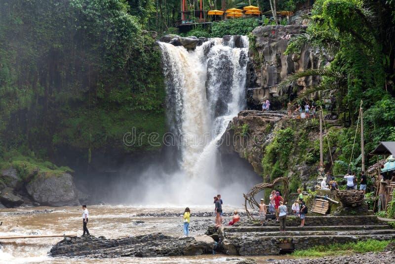 Touristes ? la cascade de Tegenungan images stock