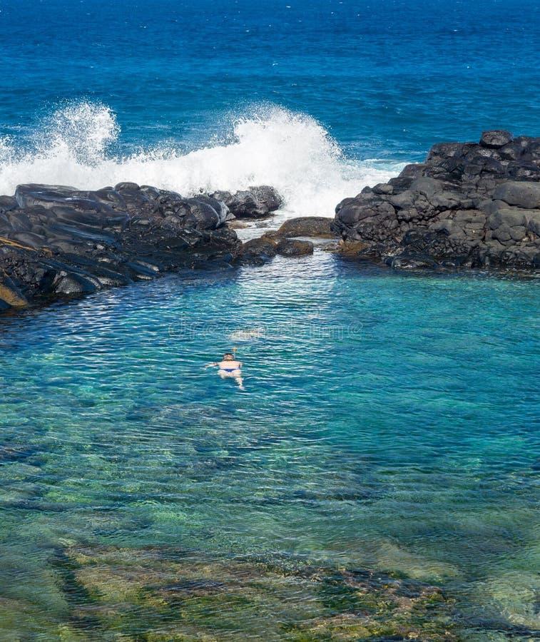 Touristes à la plage Princeville Kauai de la Reine photographie stock libre de droits