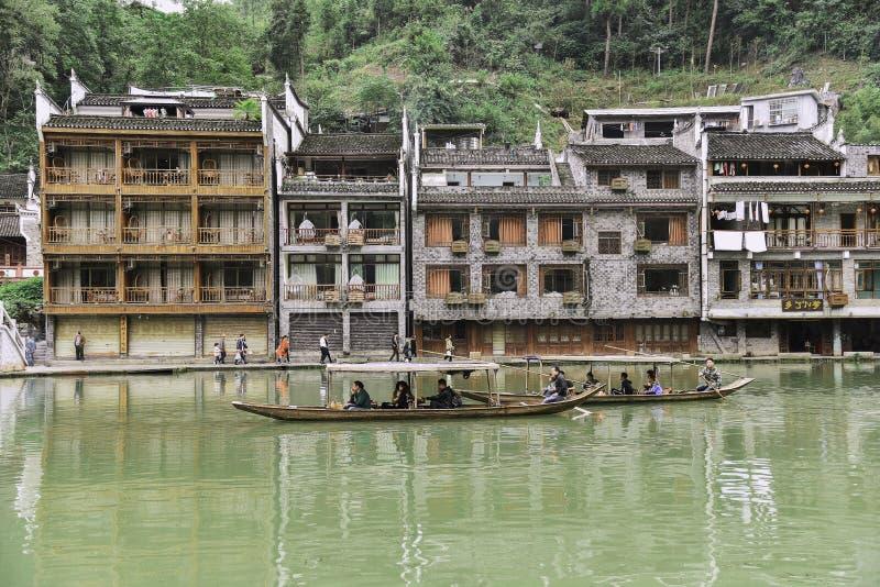 Touristes à la ville antique de Fenghuang photo stock