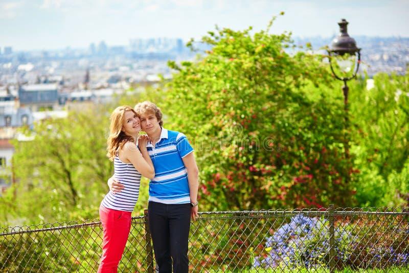 Touristes à Paris, sur la colline de Montmartre image stock