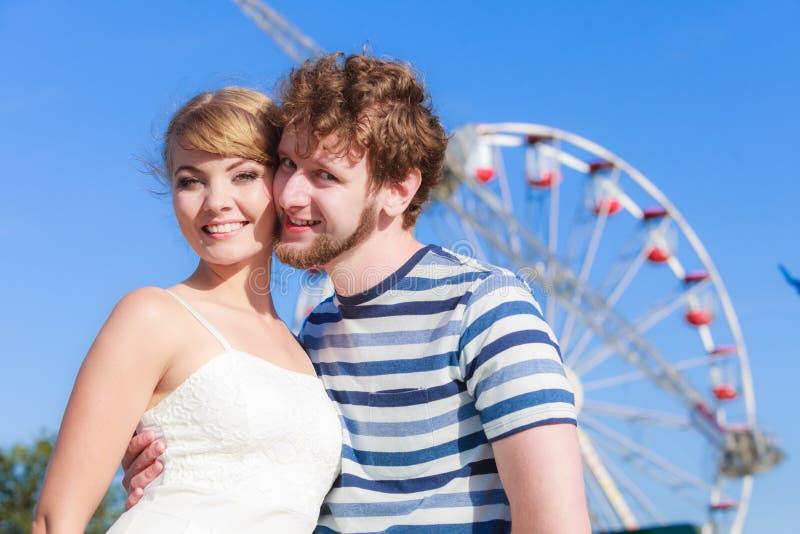 Touristes aimant des couples extérieurs en parc d'attractions photos libres de droits