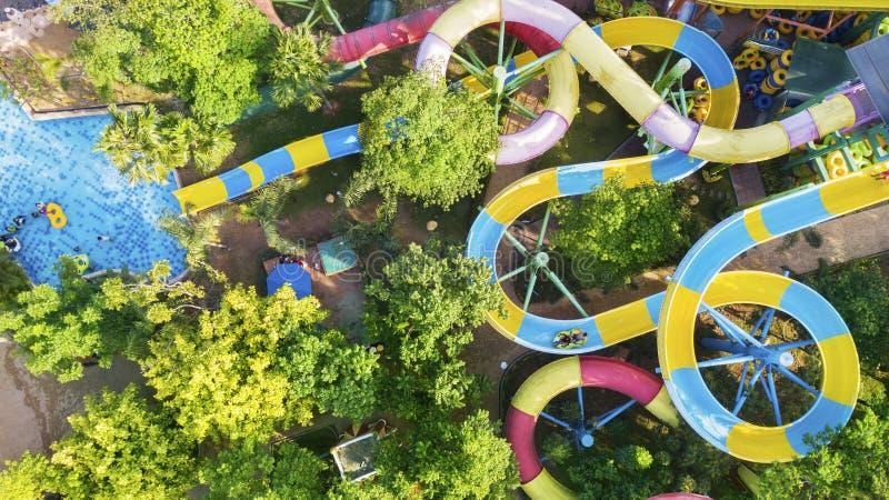 Touristes appréciant des vacances d'été dans le parc aquatique photographie stock