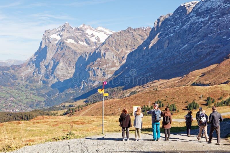 Touristes appréciant des vues de station de train de Kleine Scheidegg images stock