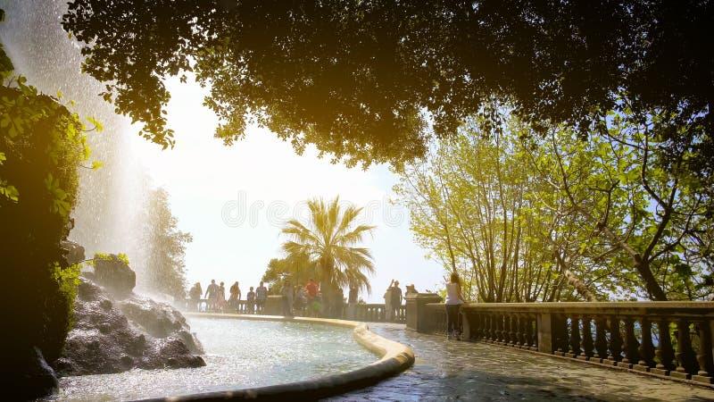 Touristes appréciant la cascade de la colline de château, paysage urbain agréable sur la plate-forme d'observation image stock