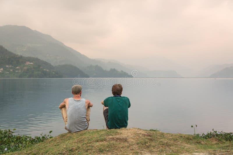 Touristes appréciant la vue sur le lac Phewa, Pokhara, Népal photographie stock libre de droits