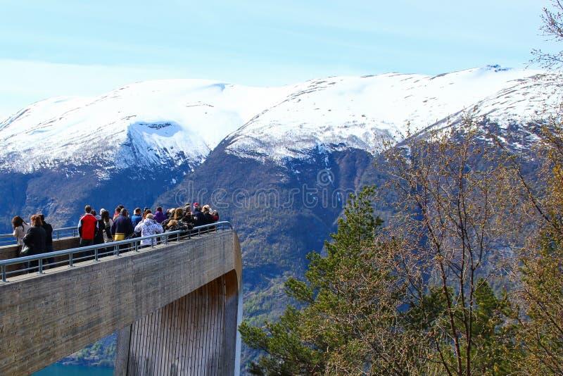 Touristes appréciant le scenary étonnant du fjord sur le point de vue de Stegastein image stock