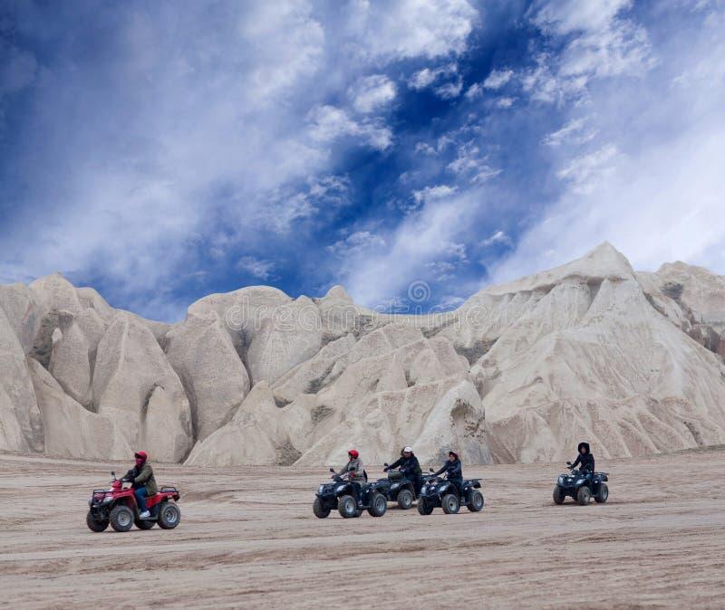 Touristes appréciant un tour de vélo de quadruple dans Cappadocia, Anatol central photographie stock libre de droits