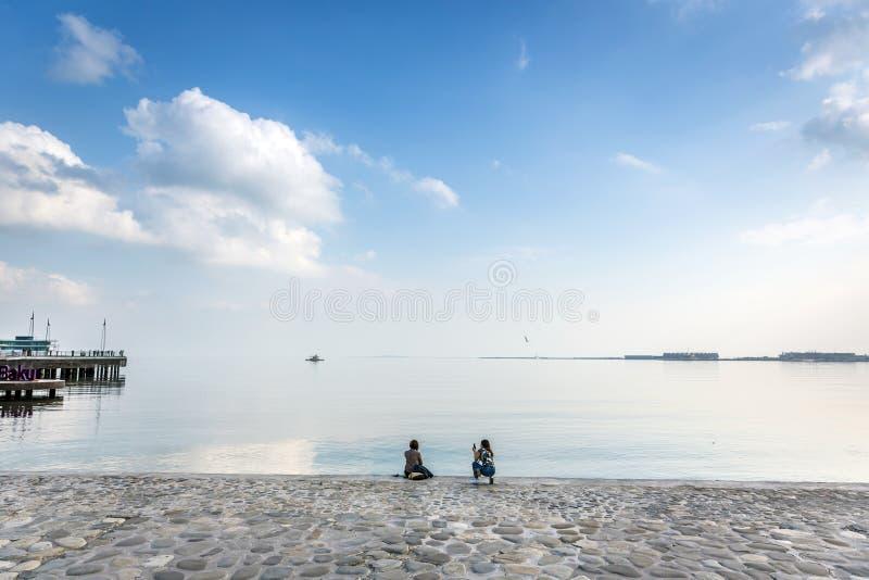 Touristes appréciant une fin de l'après-midi à Bakou photo libre de droits