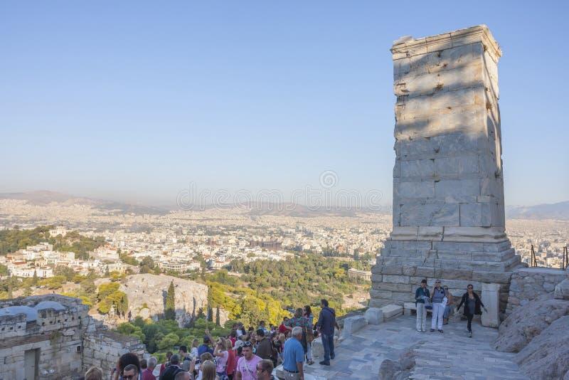 Touristes Athena Nike Temple guidée image stock